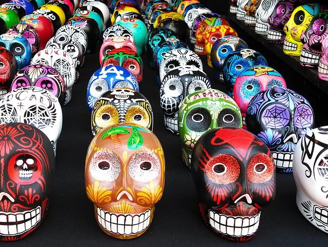 színes koponyák